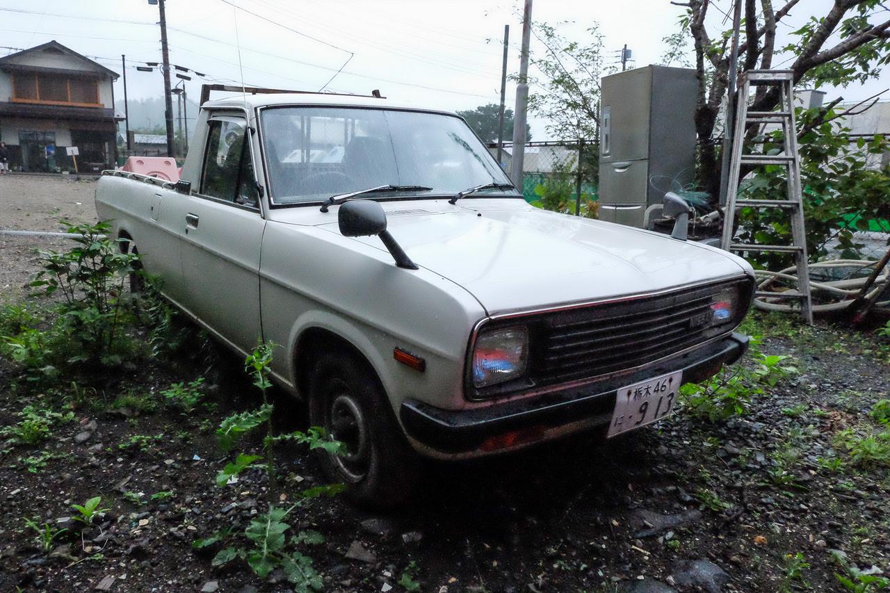 A legöregebb autó, amit láttam, egy hetvenes évek legeleji Nissan Sunny pickup volt Nikkóban. Egy elhagyatott ház mellett állt, s a gaz miatt elég szomorúnak látszik ugyan, de alá- és belenéztem - egyáltalán nem volt rossz állapotban. Nekem, személyesen különösen szívbe markoló volt a találat, mert ez az autó valószínűleg akkor is itt járkált már, amikor én a hetvenes években, a szüleimmel, gyerekként Nikkóban flangáltam