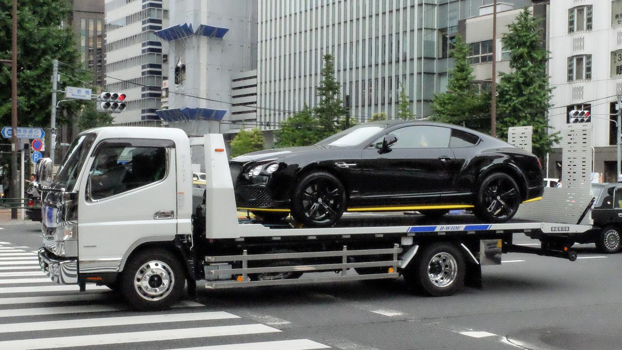 Csak Audikat, BMW-ket és Mercedeseket láttam tréleren, japán autót egyet sem. Meg ezt, itt. Lehet, hogy csak vigyáznak rájuk, nehogy sok legyen bennük a kilométer?
