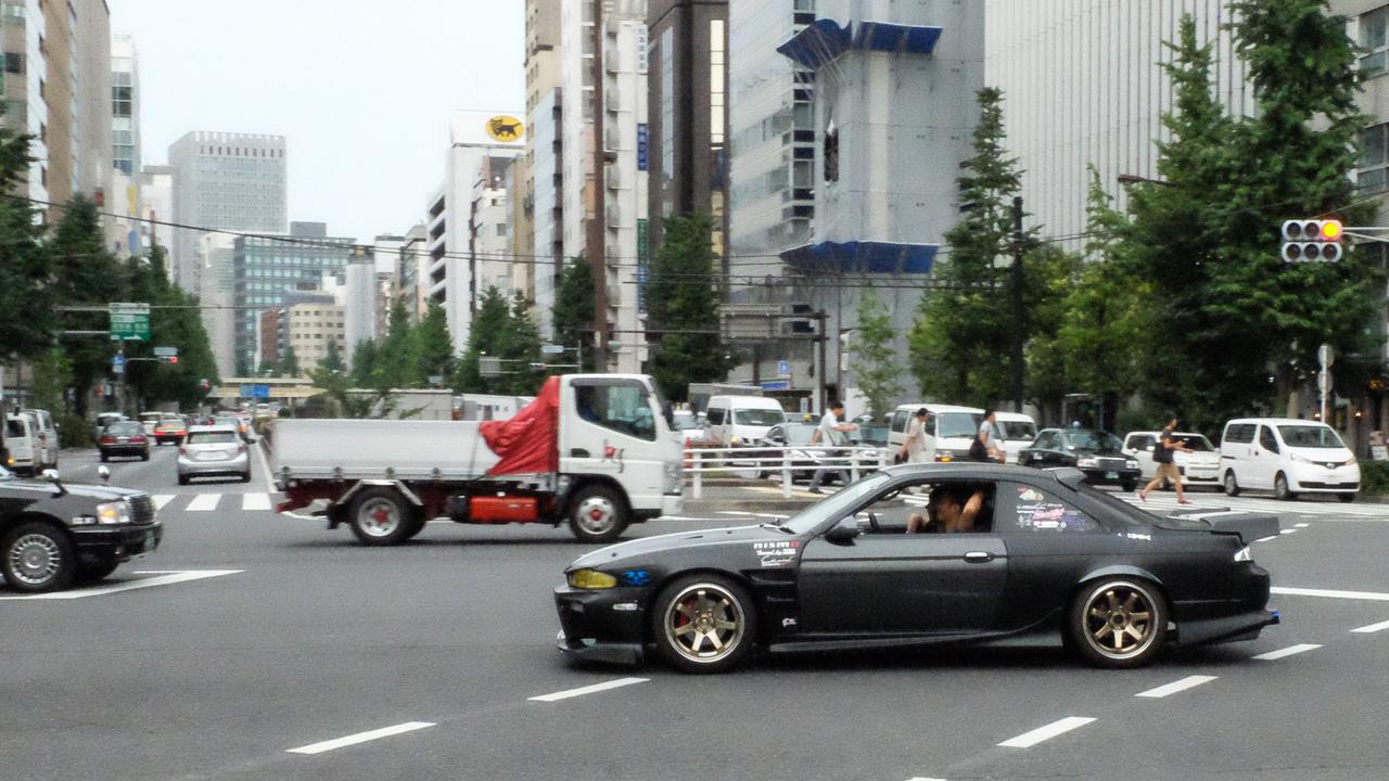 Rendes dorihhüto-kürüma (driftautó), egy erősen átváltozott Nissan 200SX (ami amúgy ott Silvia) a Ginzán