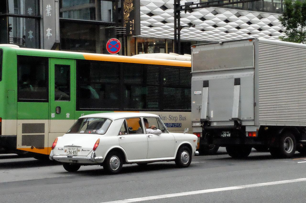 Valamennyi autó közül ennek a hatvanas évek végi Austin 1100-asnak vágott mellbe legjobban a látványa. Amikor én 1977-82-ig itt éltem, egy darab nem volt belőlük az utcán. Oké, azóta a nosztalgiahullámot meglovagolva sok régi, európai autó bekerült Japánba, de azok általában érdekes, izgalmas kocsik. De ez?
