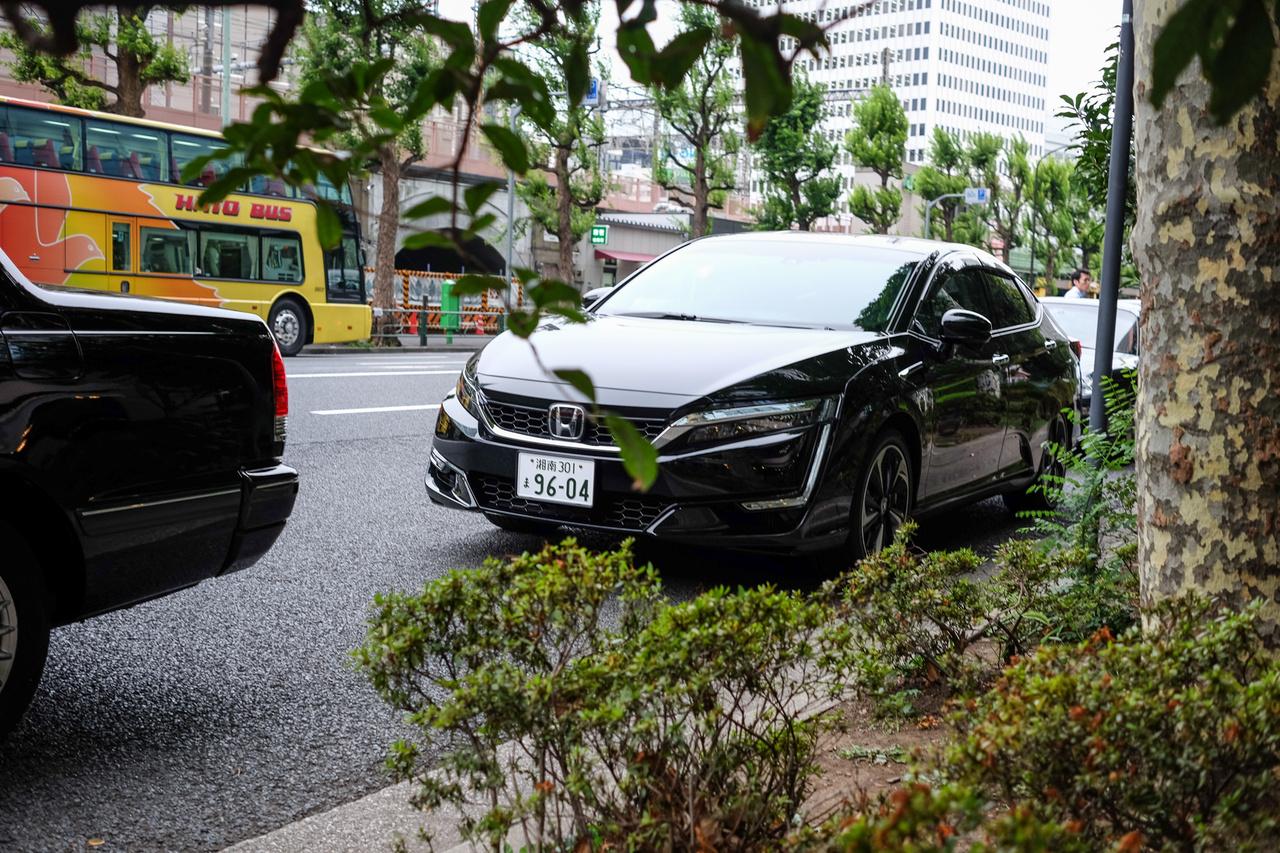 Hoppá, egy Honda Clarity, tudják, az első tüzelőanyagcellás autó, ami nem is volt kereskedelmi forgalomban, csak közületek használták. Most csak parkolgat a Tokyo központi pályaudvar tőszomszédságában