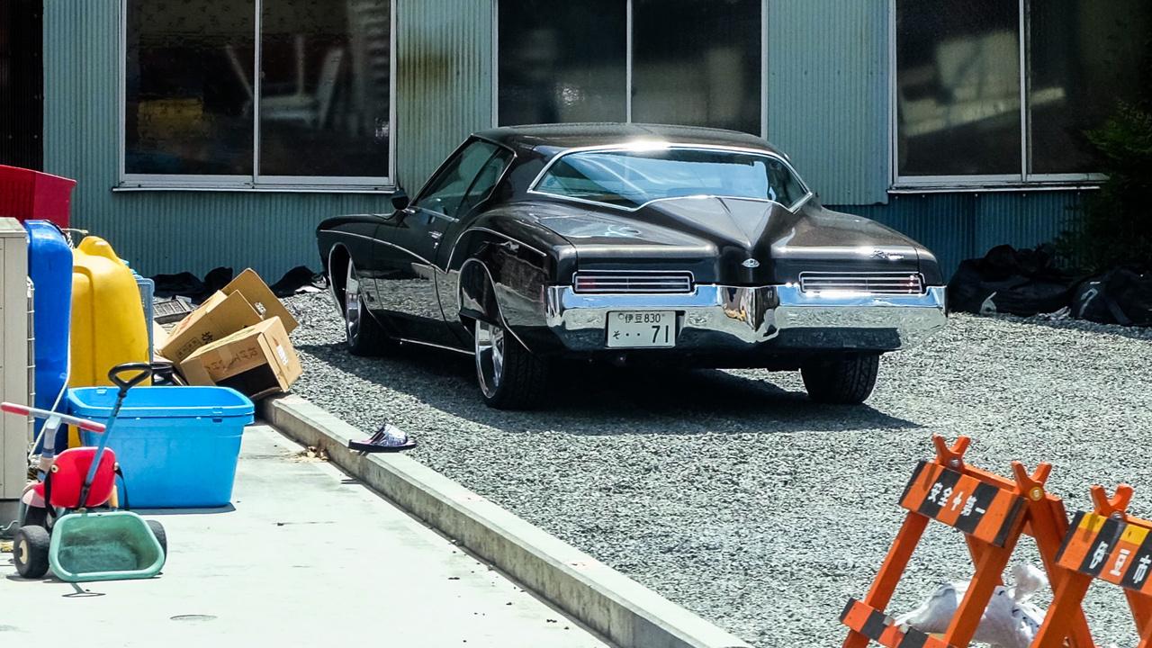 Az amerikai kocsikat mindig is imádták a japánok - nekik az elképzelhetetlen dimenziók valósulnak meg egy ilyenben. No meg a jakuzák is effélékkel járnak, tehát cool is. Ötven év körüli Buick Riviera egy vidéki placcon, persze malomkerekeken