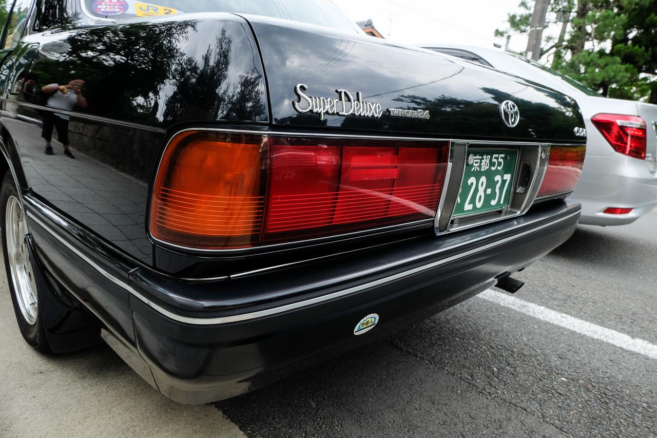 Ronda, régimódi kekszdobozok? Ne becsülje le senki a közel ötvenéves receptre készülő japán taxikat, mert egyik-másik eléggé rendben van műszakilag - ez például egy hengersoronként kétvezértengelyes, V6-os, huszonnégy szelepes kivitel. És volt több hasonló is ezen a kiotói taxidroszton, bár a klasszikus Crownokat, Cedriceket, Crew Cabeket elkezdték leváltani a hibrid Camry-t. A Japánba utazónak azt mondom: addig fotózzon és utazzon mindenki régi fajta taxival, amíg teheti
