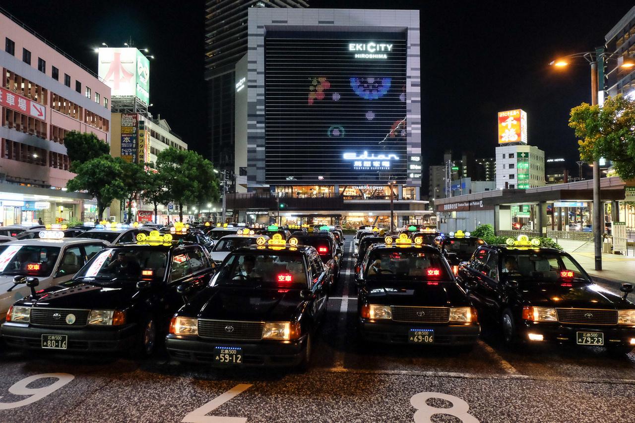 Taxik gyülekezője a hirosimai vasúti főpályaudvar mellett