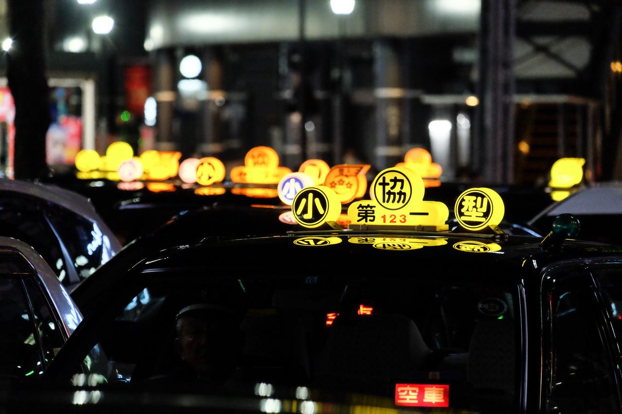 Nem szabadjelző, csak a taxitársaságot mutatja. Ellenben a szabadjelző a szélvédő mögött a két sárgás kandzsi, rózsaszínes-pirosas alapú kijelzőn