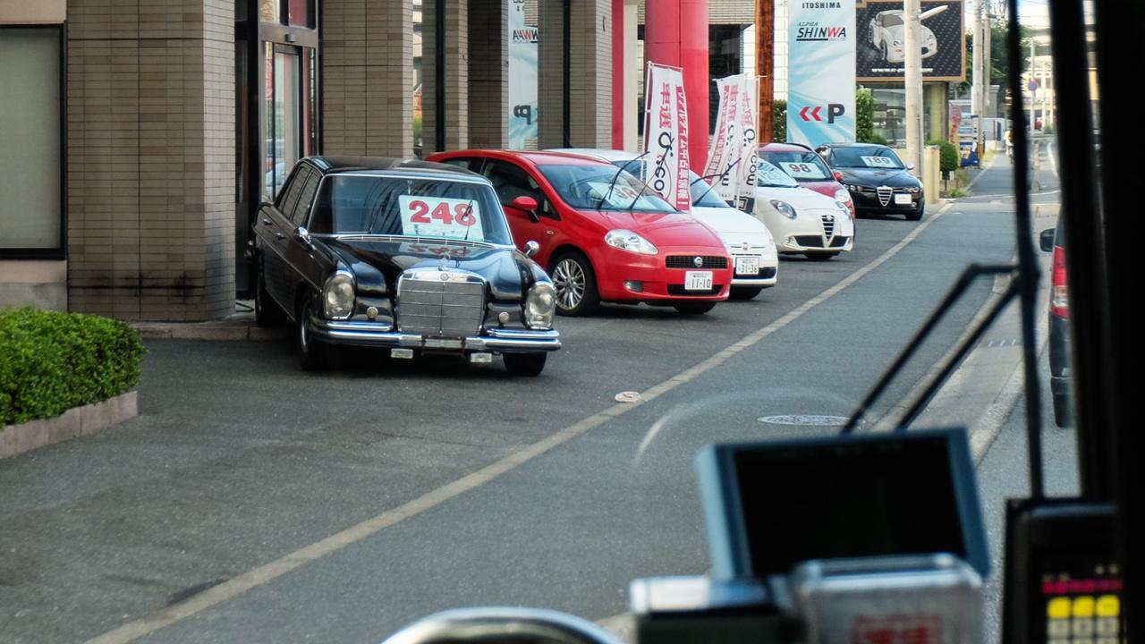Van európai autó is, bár figyelni kell. Itt a fukuokai olaszautó-kereskedés előtt akad ötven éves Mercedes W108-as is