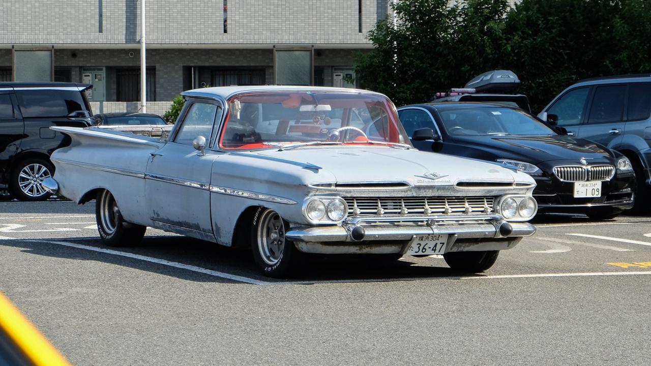 Amikor megáll a világ és kifordul a sarkaiból. Egy enosimai parkolóban láttam meg ezt a (talán 1959-es) Impala-alapú Chevrolet El Caminót. Kopottan, kissé rozsdásan, körülbelül négymillió tízévesnél fiatalabb autó ölelésében. Ilyen látványra normál turistaaggyal, ott nem lehet felkészülni