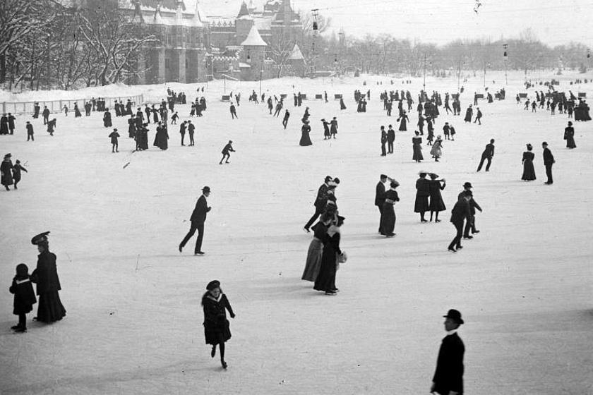 Nő, férfi, gyerek, idős és fiatal - már 1907-ben is mindenki vidáman rótta a köröket a Városliget-tavon. Háttérben az akkor alig 10 éve épült Vajdahunyad vára.