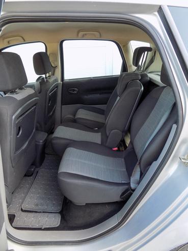 A hátsó ülések külön-külön tologathatóak
