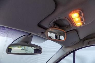A hátsó ülésen ülőket terrorizáló tükör