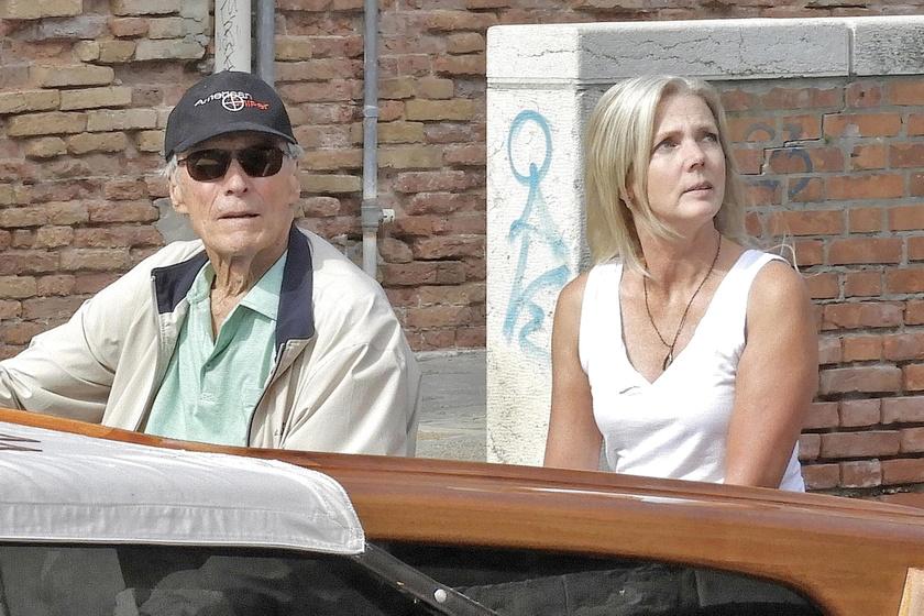 A hollywoodi legenda és csinos partnere vízitaxival járták be a világ egyik legromantikusabb városát.