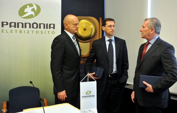 Varga Mihály az akkori Miniszterelnökséget vezető államtitkár és Járai Zsigmond a magyar tulajdonú CIG Pannónia Életbiztosító felügyelő bizottságának elnöke beszélget miután szimbolikus csengetéssel megnyitották a biztosító részvényeinek kereskedését a BÉT székházában 2011 november 8-án.