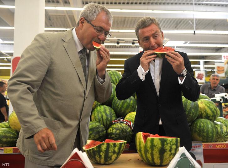 Fazekas Sándor vidékfejlesztési miniszter és Gerry Gray a Tesco vezérigazgatója dinnyét kóstolnak az áruházlánc magyar dinnyét népszerűsítő kampányának nyitó rendezvényén a Gács utcai Tesco áruházban 2012 július 18-án.