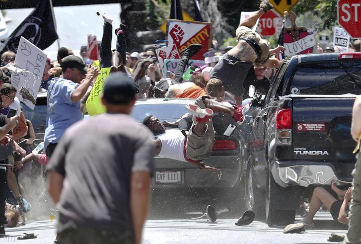 Antifasiszta tüntetők közé hajtott egy 20 éves neonáci