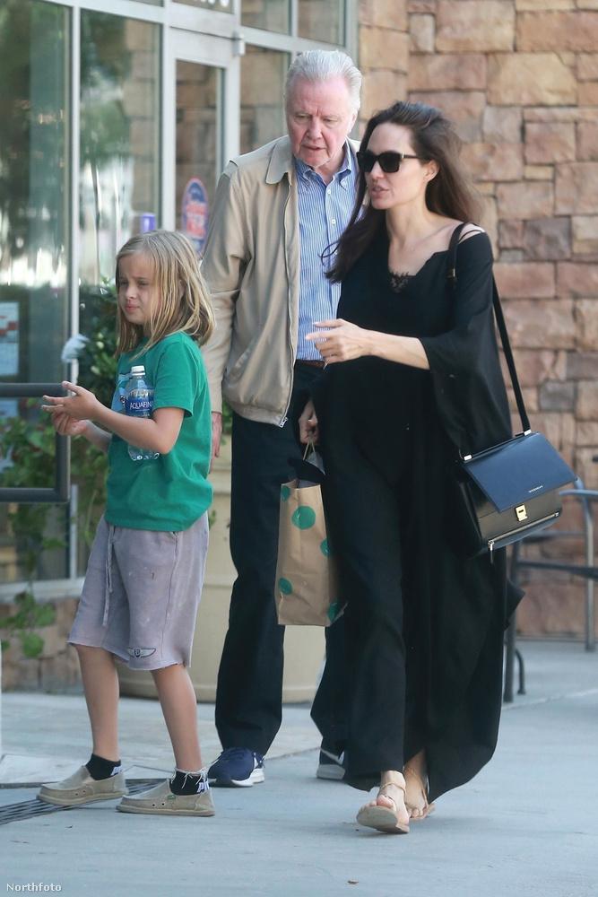 Egyébként Jolie édesapjával, Jon Voighttal töltöttek együtt pár órát egy kézműves foglalkozáson.