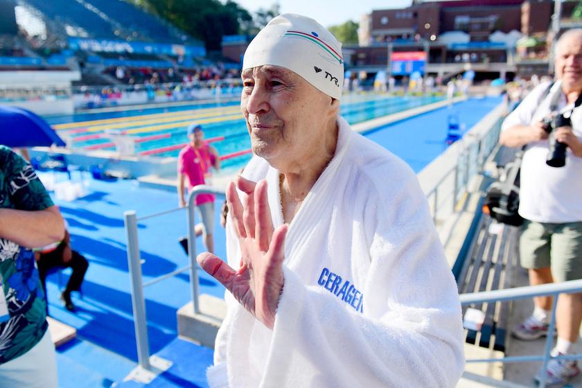 Az 1920-ban született Bánki Horváth Béla, a masters korosztályú vizes világbajnokság legidősebb résztvevője a 95-99 éves korosztály 200 méteres hátúszásának versenye után a Hajós Alfréd Nemzeti Sportuszodában.