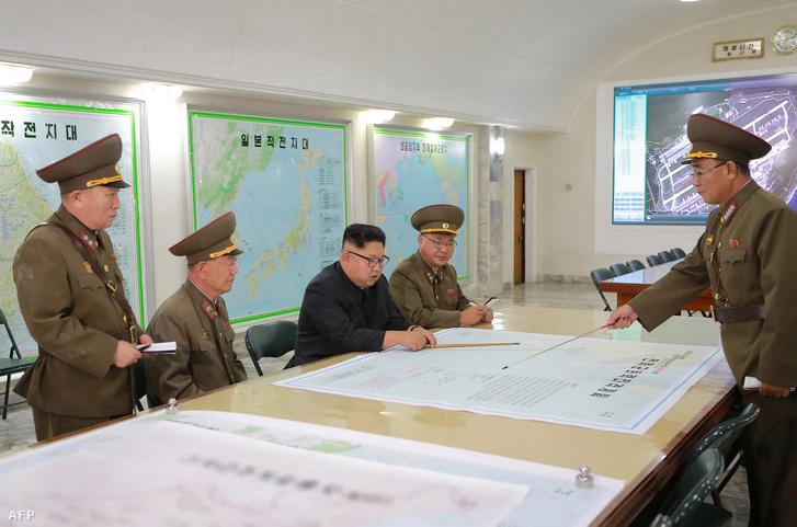 Kim Dzsongun és katonai vezetők egy megbeszélésen, 2017. augusztusában.