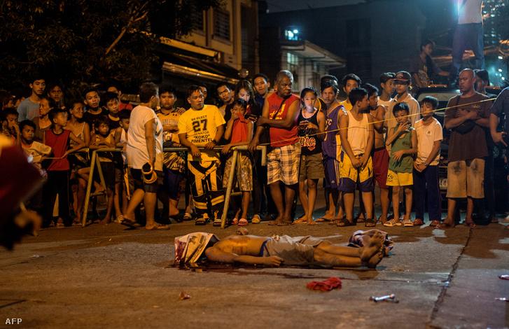 Egy ismeretlen támadók által meggyilkolt feltételezett droghasználó holtteste Manilában 2017. augusztus 2-án.