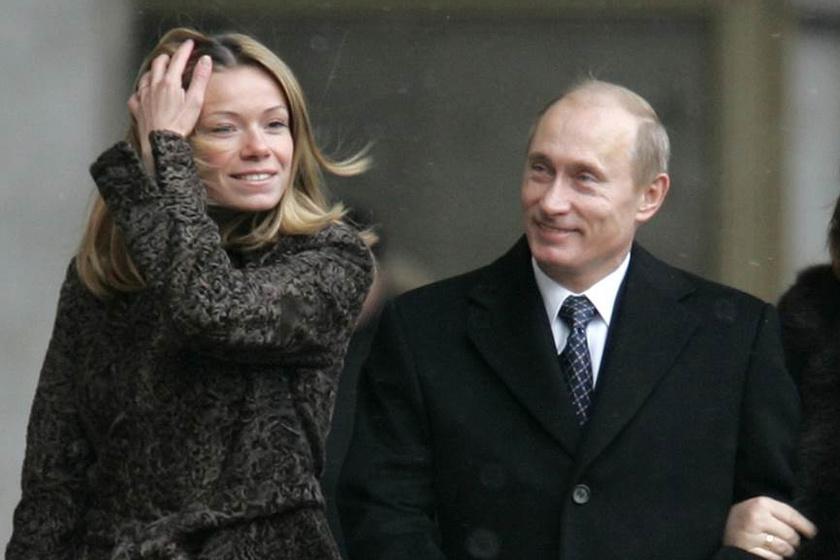 Putyin nagyon büszke a lányokra: egyszer sikerült megörökítenie a fotósoknak, milyen imádattal néz idősebb gyermekére, Mariyára.