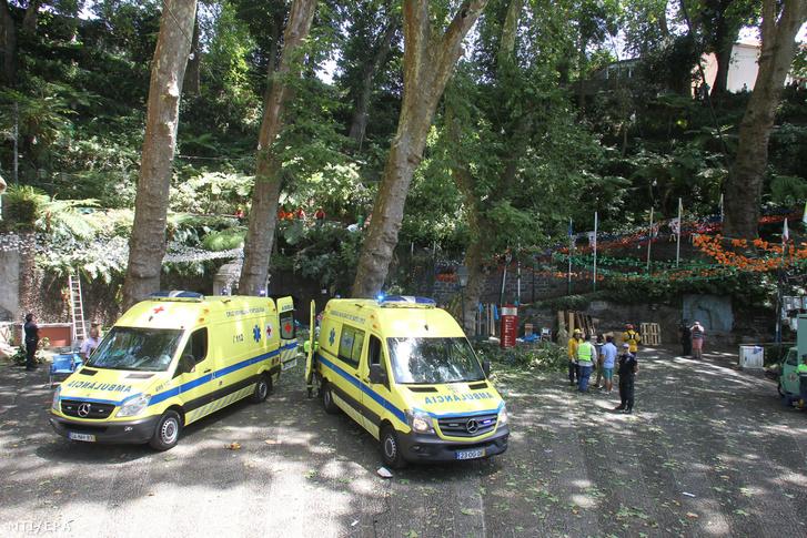 Mentők és tűzoltók a Madeira-szigeteken fekvő Largo da Fontében történt baleset helyszínén 2017. augusztus 15-én.
