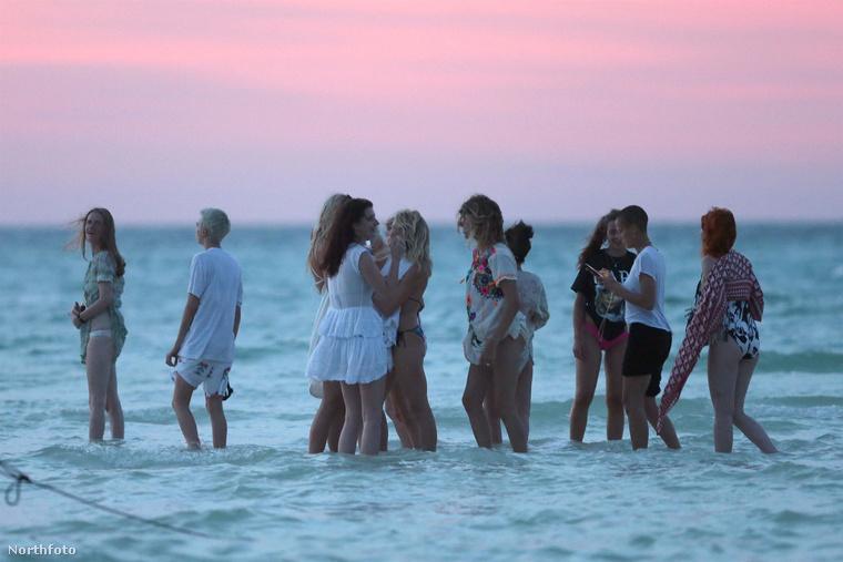 A rengeteg barátnő (akiket egyelőre nem tudtunk beazonosítani, de nem is nagyon van miről) sokat fürdőzött,
