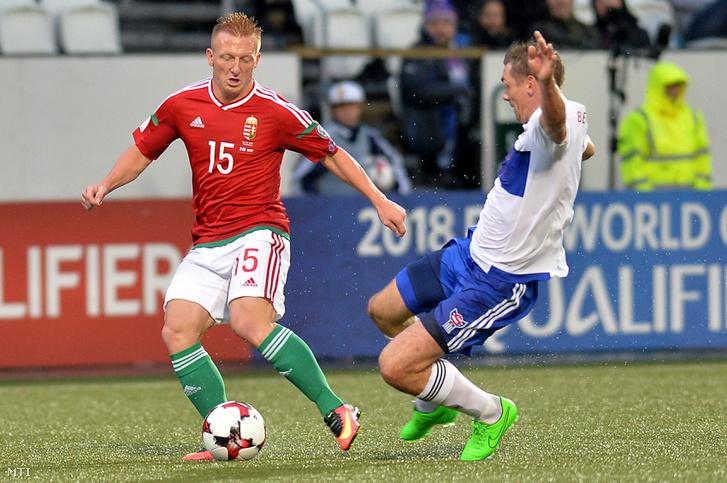 Kleinheisler László és a feröeri Frodi Benjaminsen a 2018-as oroszországi labdarúgó-világbajnokság B selejtezőcsoportjában játszott Feröer-szigetek - Magyarország mérkőzésen a tórshavni Nemzeti Stadionban 2016. szeptember 6-án.