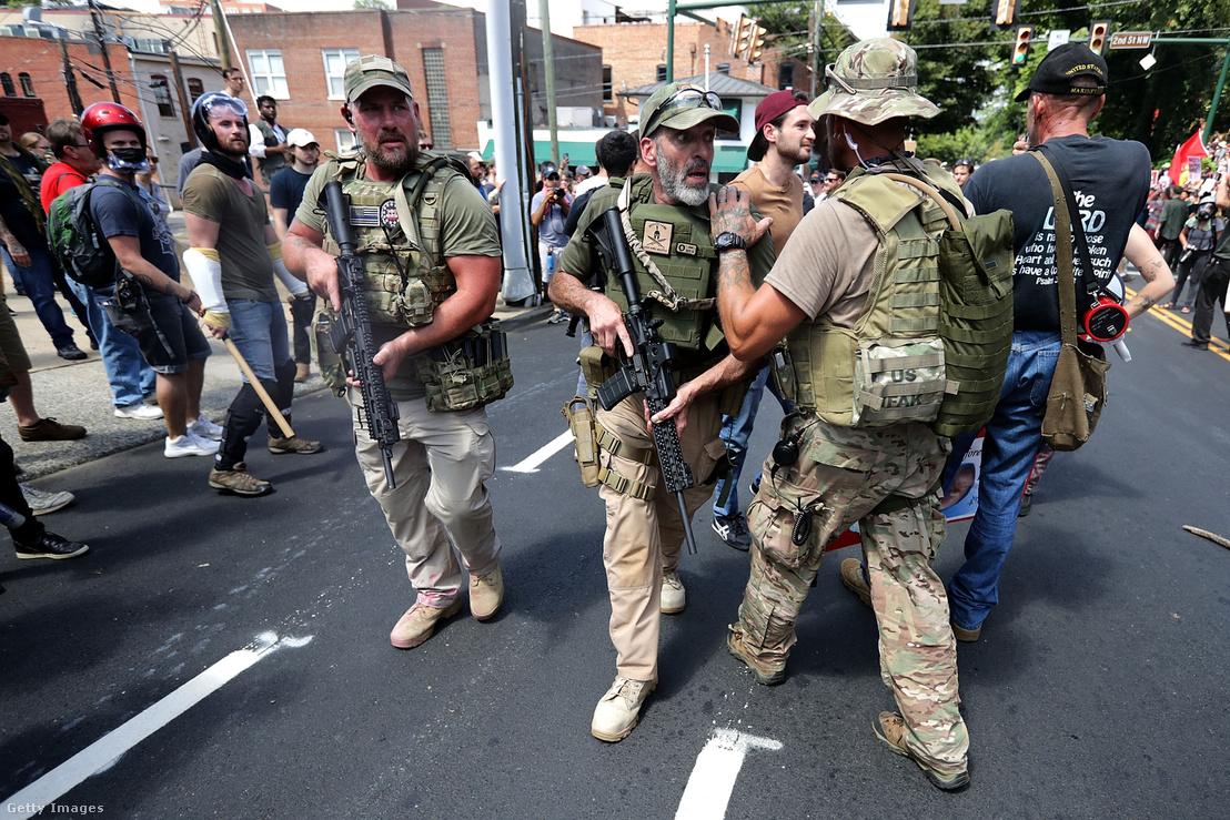 Szélsőjobboldali tüntetők fegyverrel. Azt, hogy valódi éles lőfegyverek láthatóak-e a képen, nem tudni.