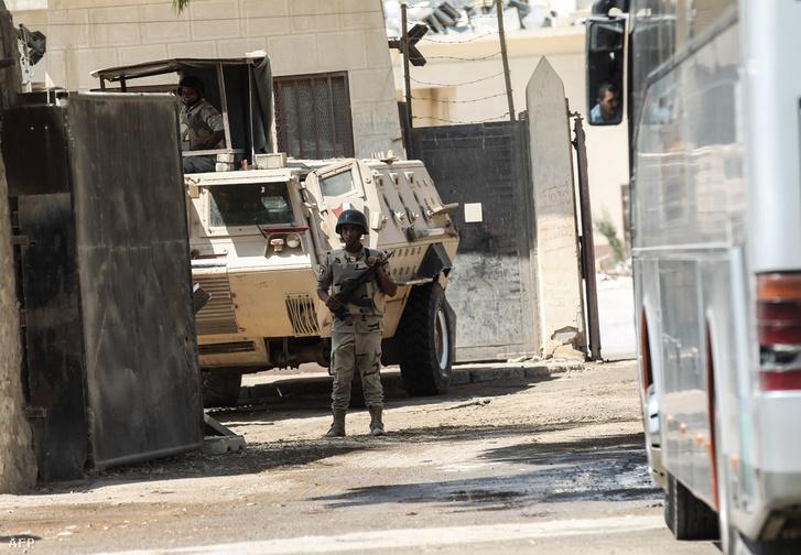 Egyiptomi katona egy ellenőrzőponton a gázai övezet határánál