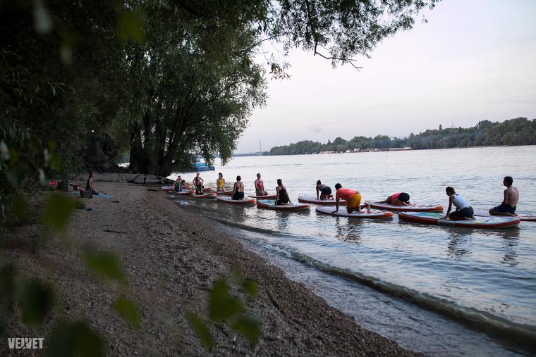 A deszkák fel vannak fűzve és gumikötelekkel rögzítve vannak két fix ponthoz, szóval nem kell azon aggódni, hogy az embert elsodorja a Duna