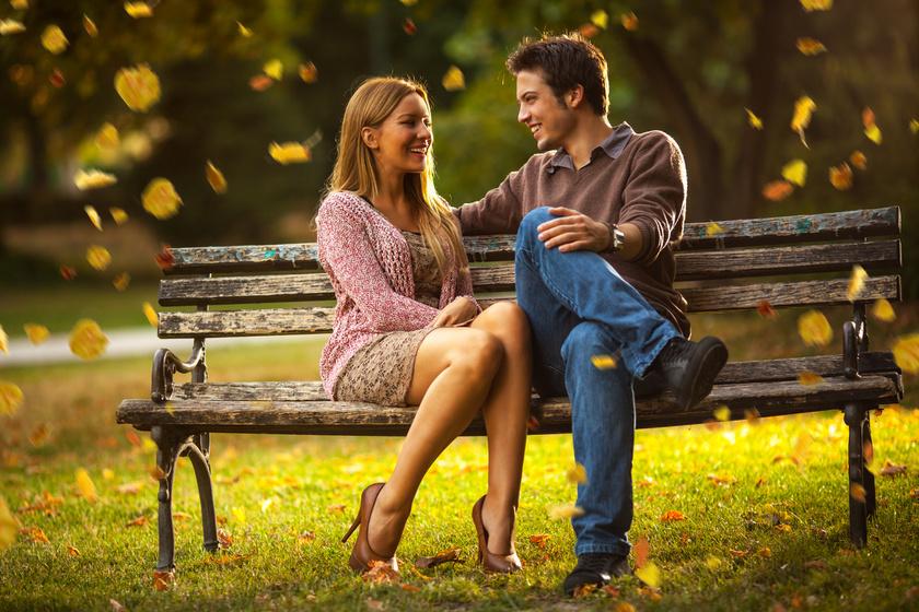 Ha gyakran ültök úgy, hogy közel vagytok egymáshoz, és összeér a lábatok, az szoros köteléket és bizalmat jelent mindkét fél irányából.