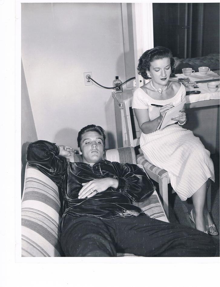 Elvis és Trude munka közben 1956 (c) James Forsher Estate