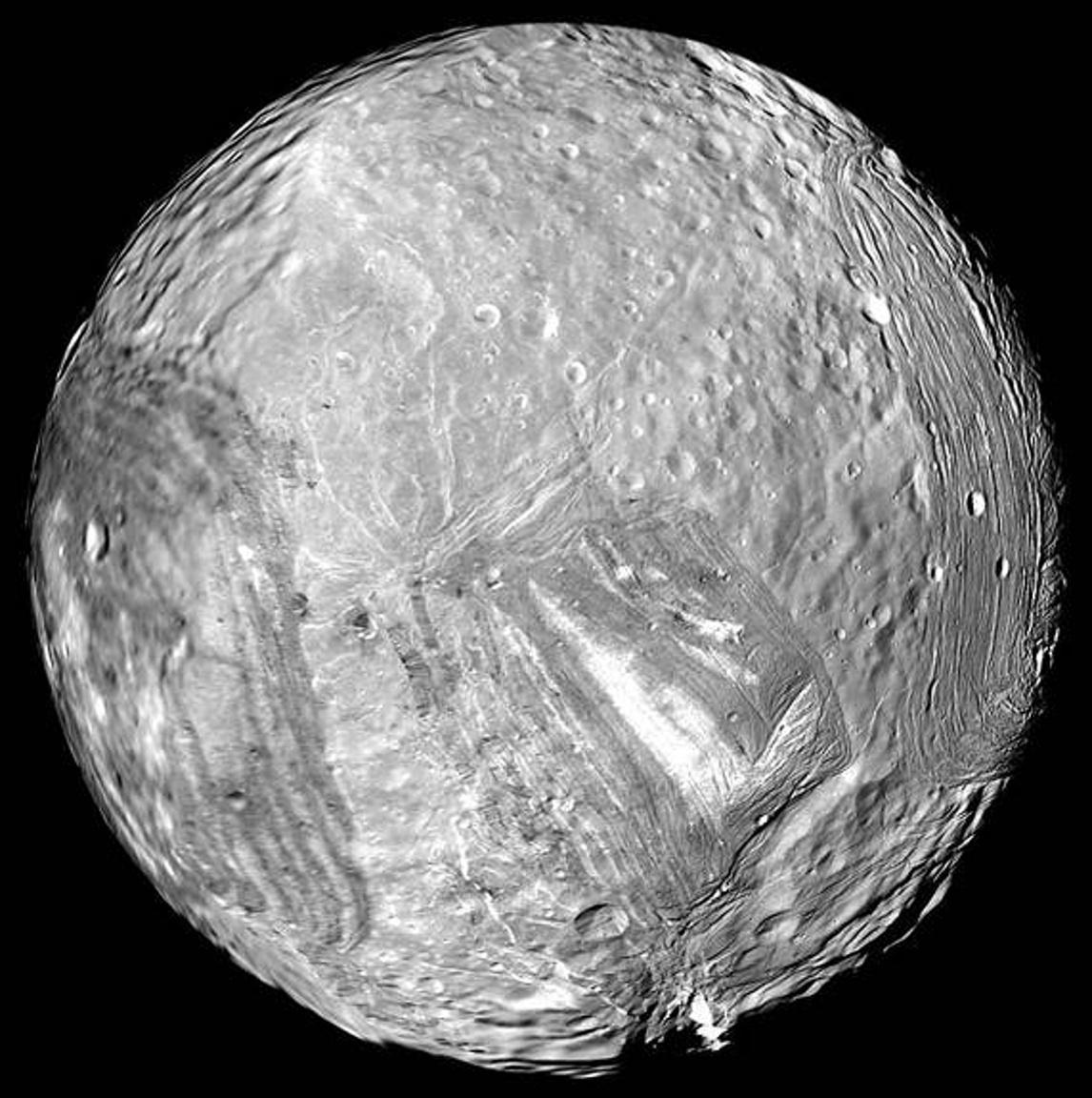 1986. január 24. Az Uránusz jeges holdja, a Miranda. A fotót a Voyager 2 készítette.
