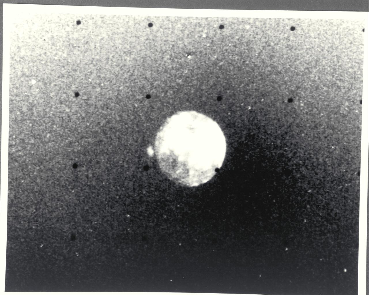 Voyager 2 körülbelül 4,76 millió kilométerre járt a Jupiter holdjától, az Iotól, amikor ezt a képet készítette ultraibolya szűrővel. A hold bal oldalán ugyanaz a vulkáni aktivitás figyelhető meg, amit a Voyager 1 is lefotózott.
