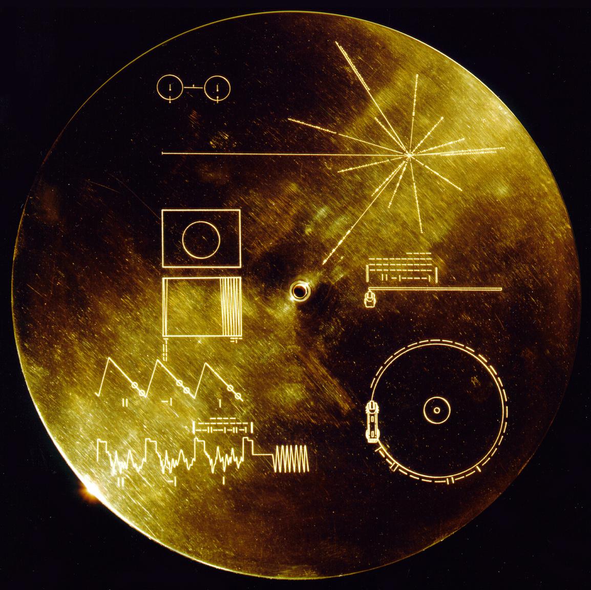 A lemezeket védő aranyozott alumínium tok fedele, amin a lemez lejátszására vonatkozó instrukciók is láthatók.
