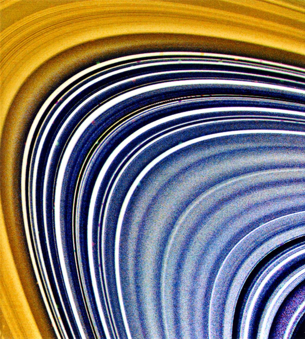 A Szaturnusz B és C gyűrűrendszerei közeli, átszínezett felvételen.