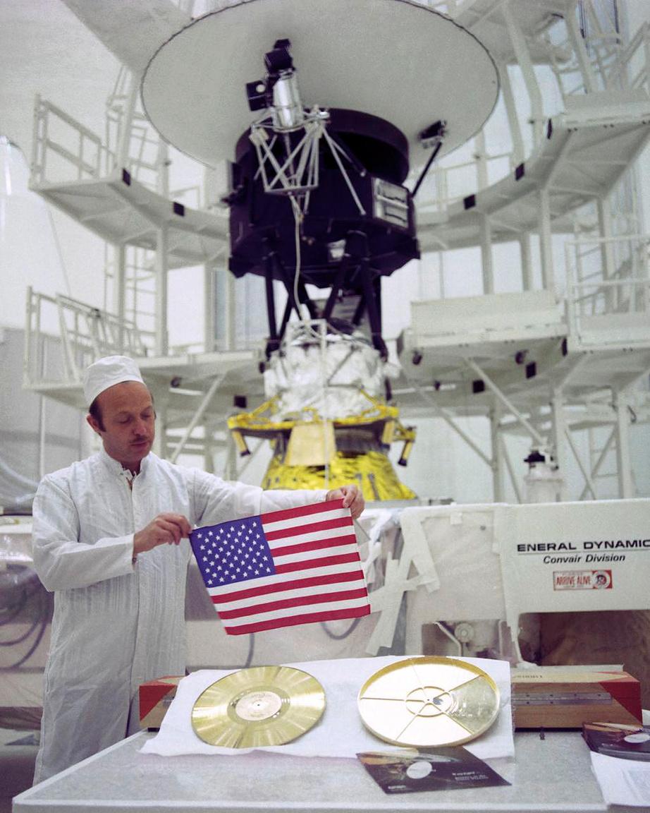 A lemez mellé egy kis amerikai zászlót is csomagoltak.