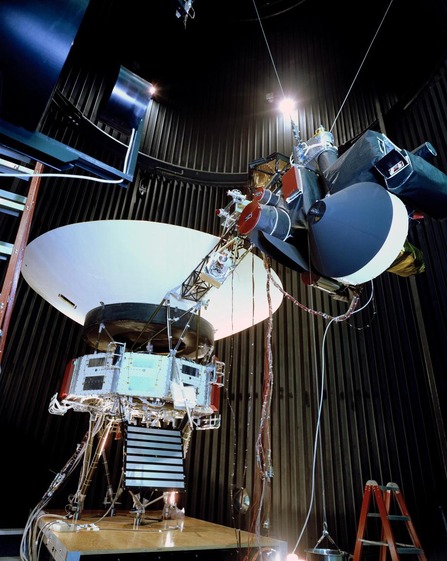 1976. december 3. A NASA Jet Propulsion Laboratory űrszimulációs kamrájában készült képen a Voyager űrszondák tesztmodellje látható a fő műszertartó rúd felől nézve.