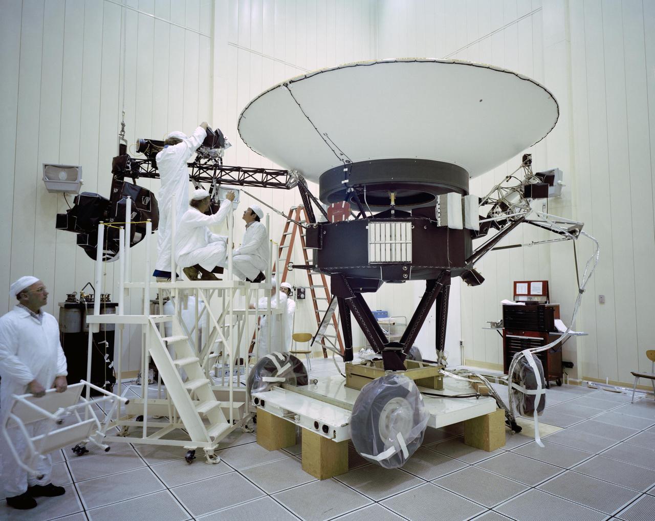 1977. március 23. Jelenet a tisztaszobából: mérnökök dolgoznak a Voyager 2 űrszondán, épp sugárzás- és részecskedetektorokat szerelnek fel az egyik tartókarra.