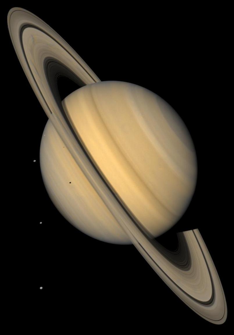 A Szaturnusz és négy holdja: a Tethys, a Dione és a Rhea (az űr sötétjével a hátterükben), valamint a Mimas (a bolygó bal oldalán, közel a gyűrűkhöz). A kép a Voyager kék és ibolyaszín szűrői segítségével készült, több fotó összeollózásával, és megmutatja, hogy az emberi szem körülbelül milyennek látná a Naprendszer második legnagyobb bolygóját.