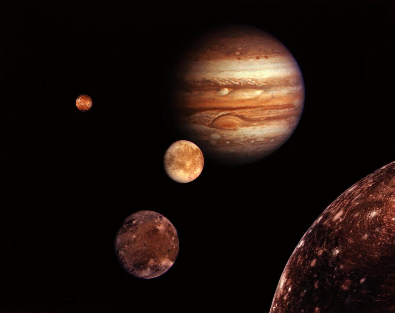 Családi fotó: montázs a Jupiterről és négy legnagyobb holdjáról.
