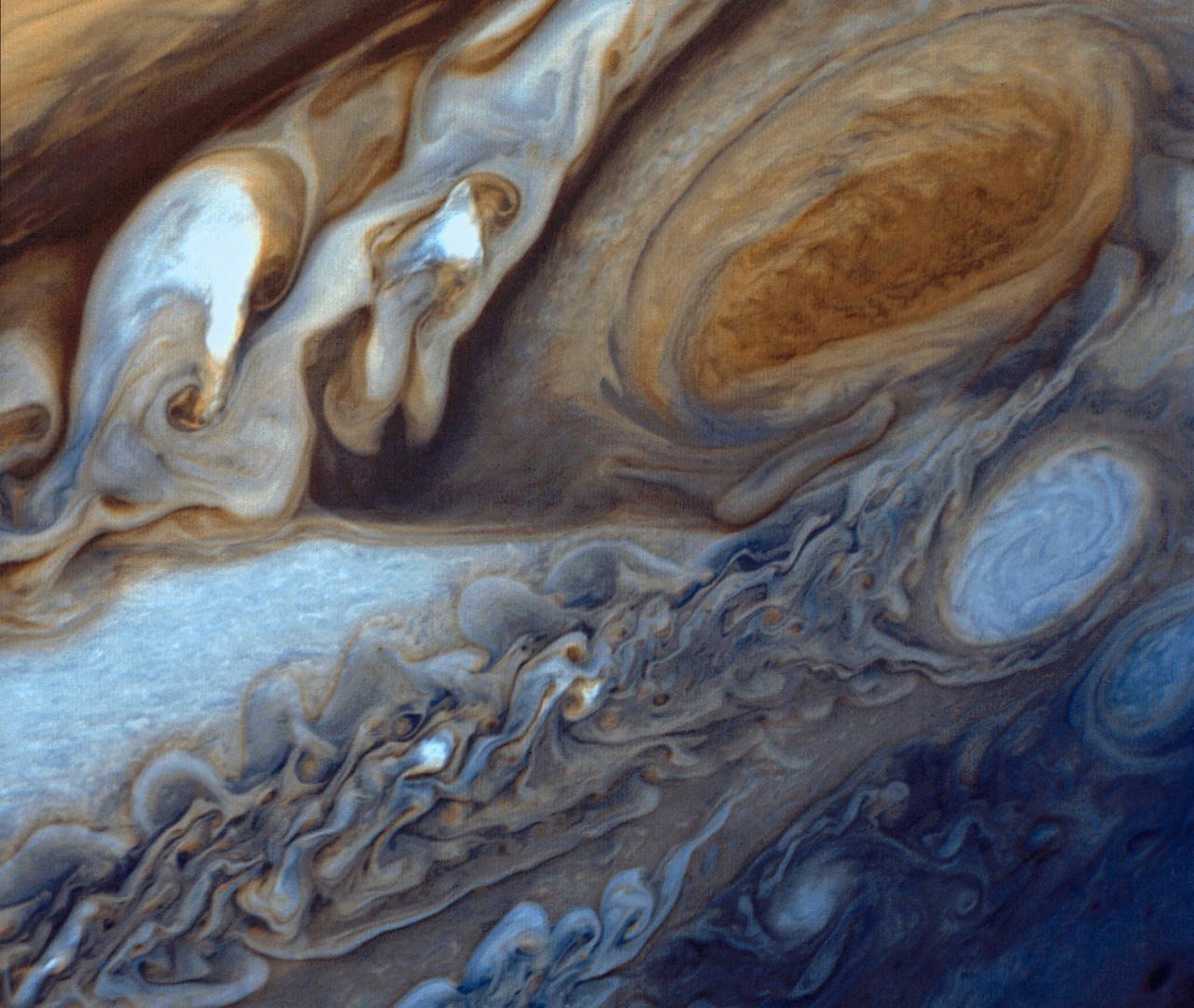 A Voyager 1 által készített három képből összeállított szuperközeli montázs a Jupiter nagy vörös foltjáról.