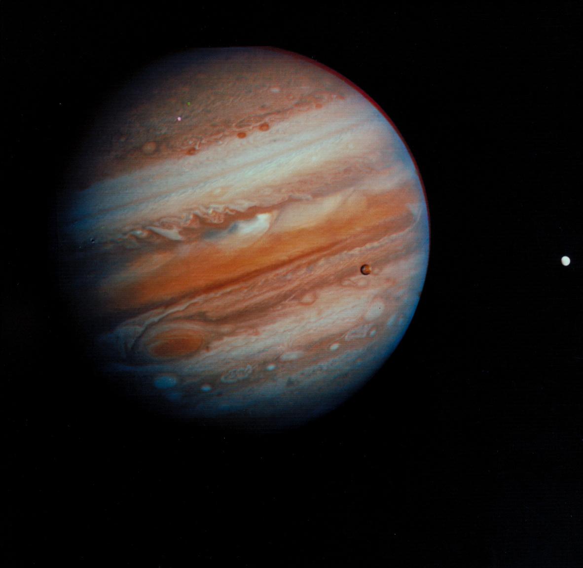 1979. február 5. A Voyager 1 28,4 millió kilométerre járt a Jupitertől, amikor ezt a ikonikus képet készítette naprendszerünk legnagyobb bolygójáról és három nagy holdjáról, a Callistóról, az Ioról és az Europáról (balról jobbra). (A fotó igazából három fekete-fehér képből lett montázsolva és utólag színezve.)