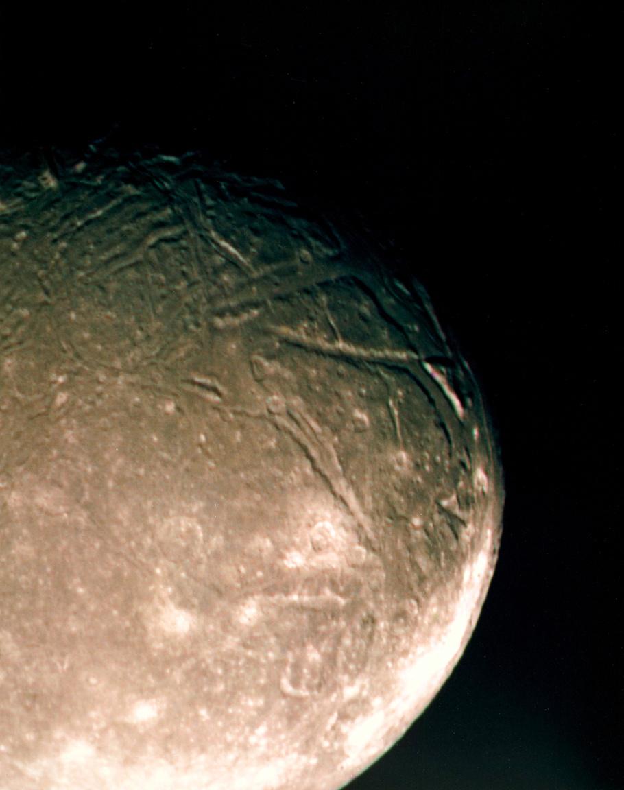 1986. január 24. Ariel, az Uránusz negyedik legnagyobb holdja, a Voyager 2 képén.