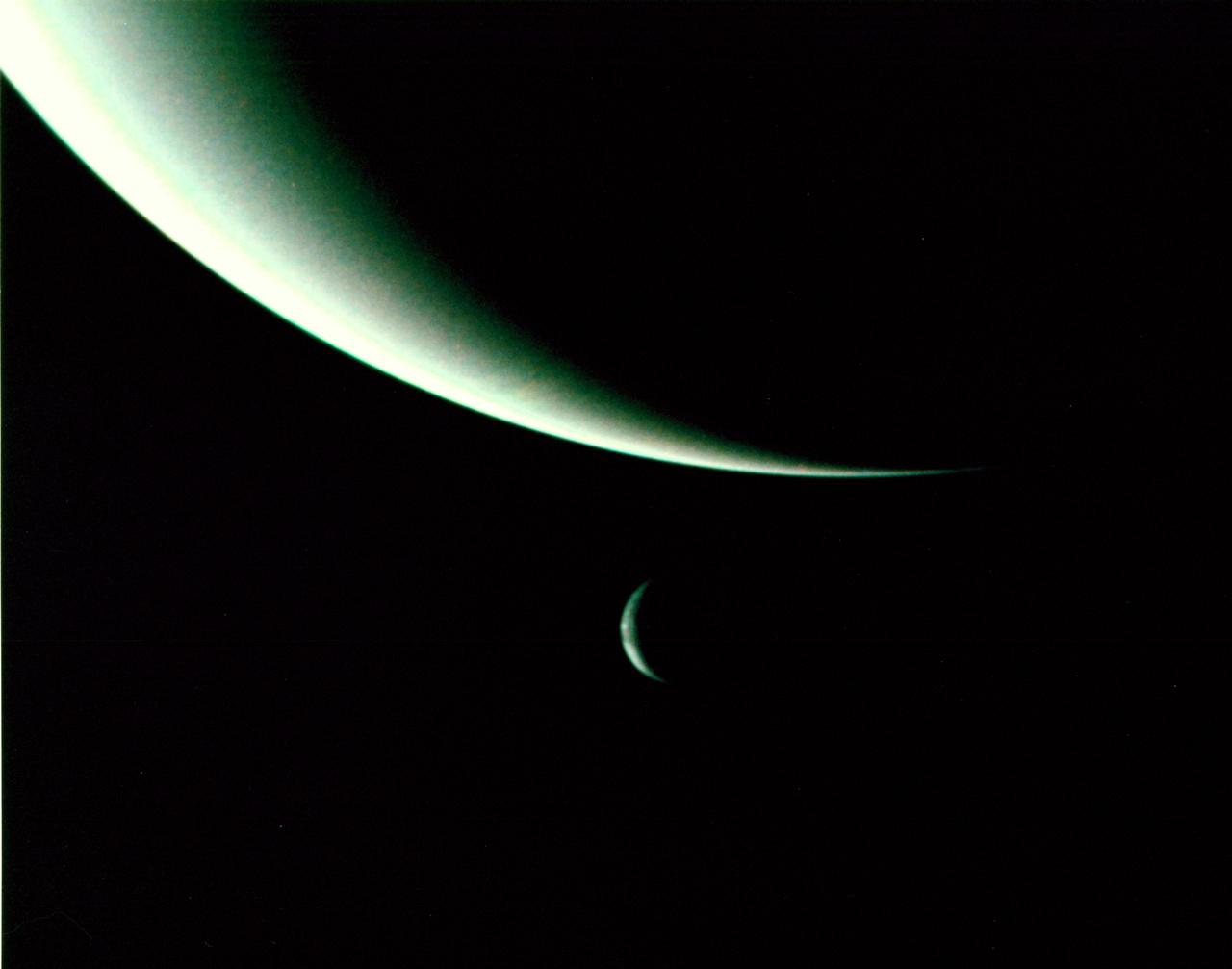 1989. augusztus 26. A Neptunusz és holdja, a Triton. A fotót a távolodó Voyager 2 készítette három nappal azután, hogy elhaladt a bolygó mellett.