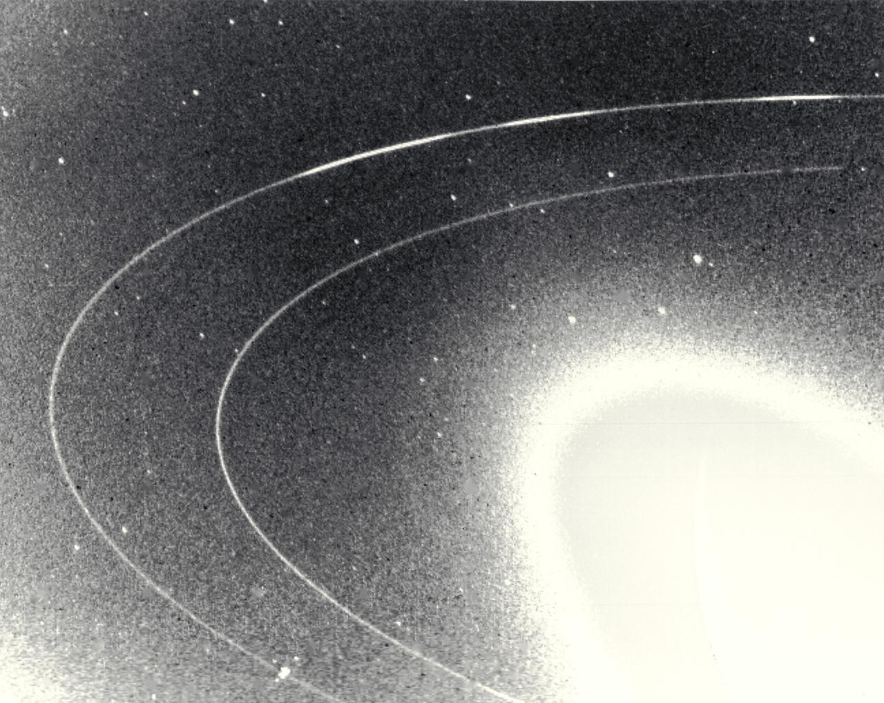 1989. augusztus 26. A Voyager 2 nagy látószögű optikájával készült fotón a Neptunusz két fő gyűrűje figyelhető meg.