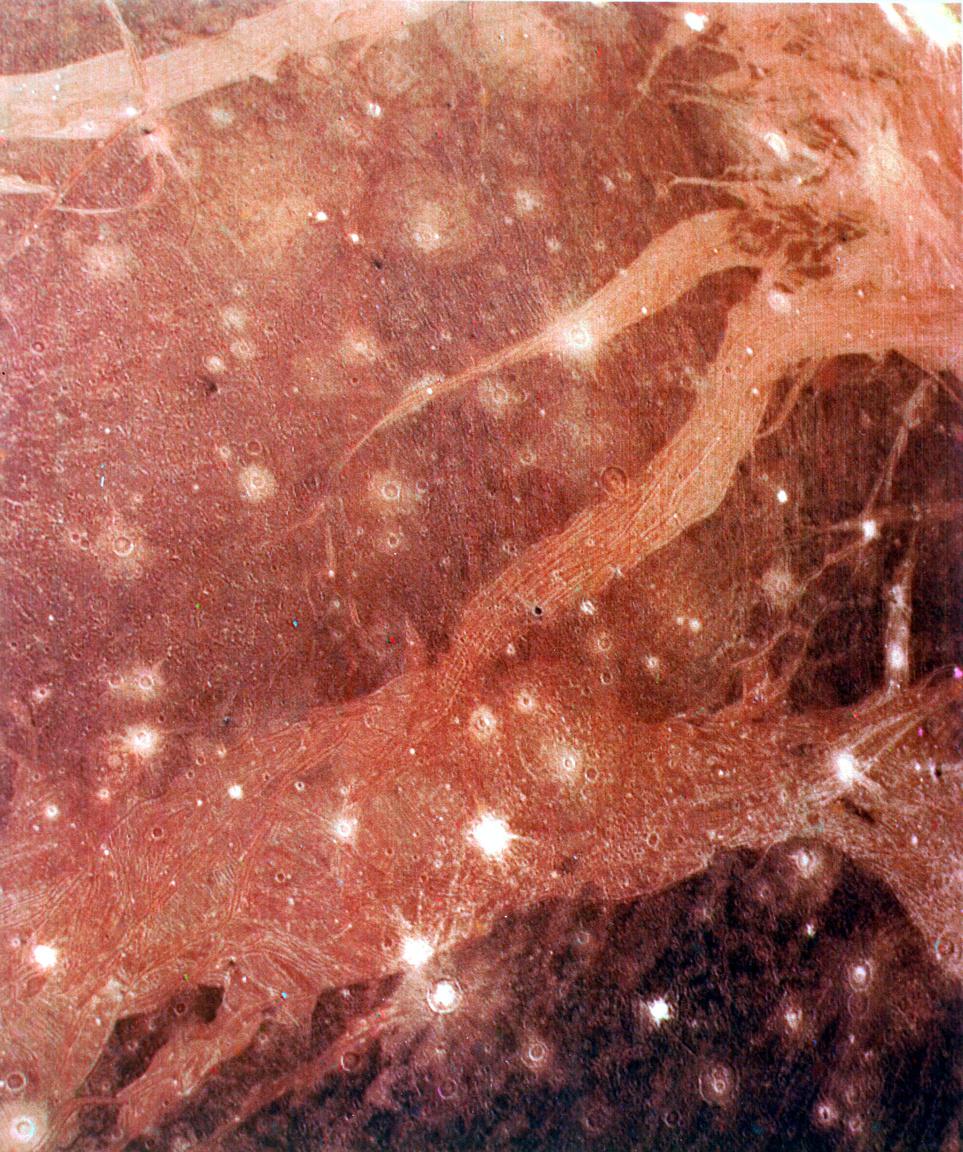 1979. július 11. A Ganümédész felszínéről a Voyager 2 készítette ezt a felvételt. A Jupiter legnagyobb holdja egyben a Naprendszer legnagyobb holdja is, mérete vetekszik egyes bolygókéval, nagyobb a Merkúrnál is.