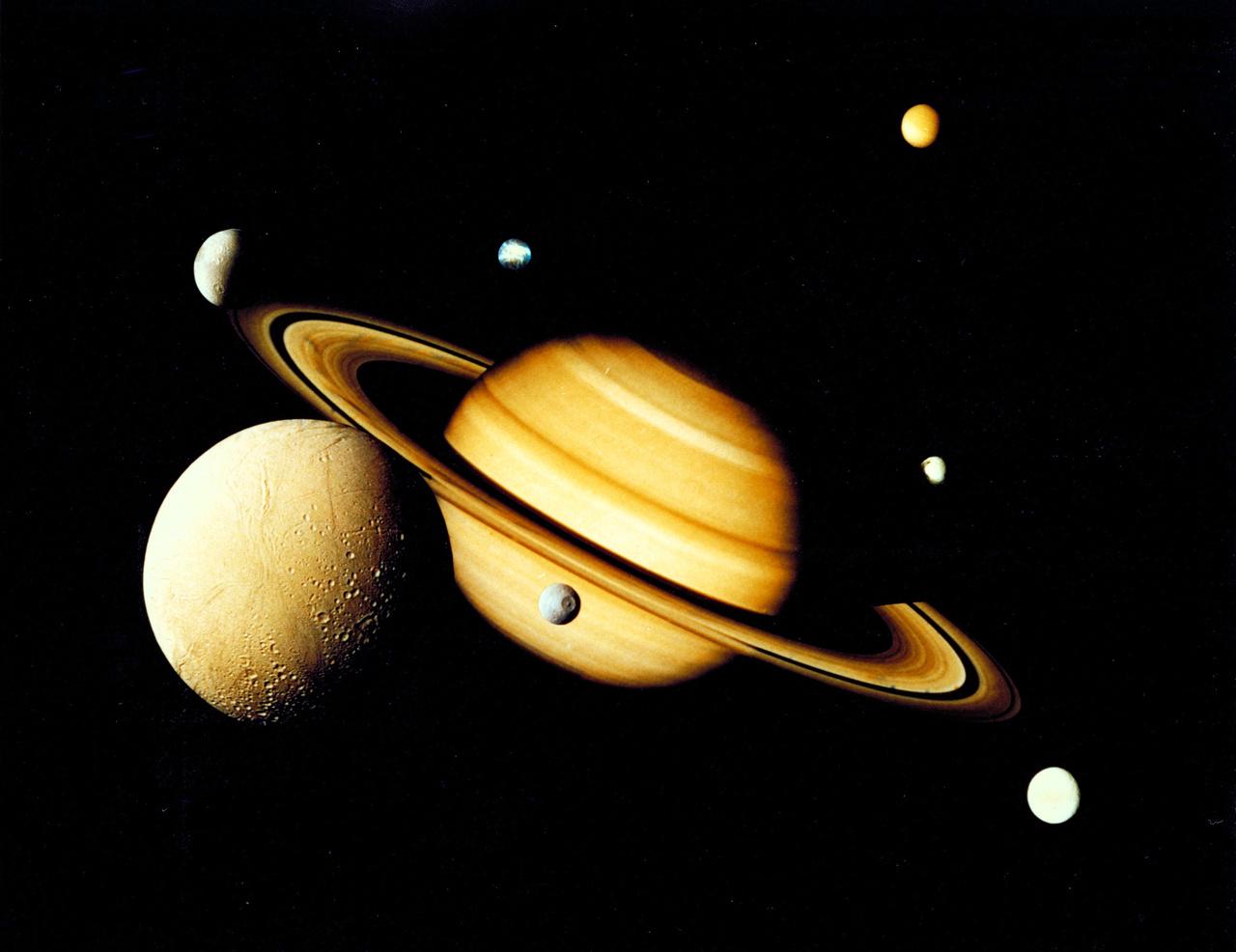 Voyager 2 montázs: a Szaturnusz és hét holdja.