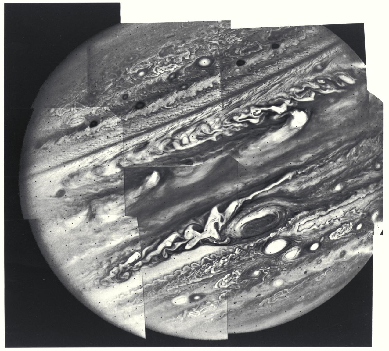 1979. március 7. Lenyűgöző Jupiter-portré Voyager 1 által készített fekete-fehér fotók mozaikjából.
