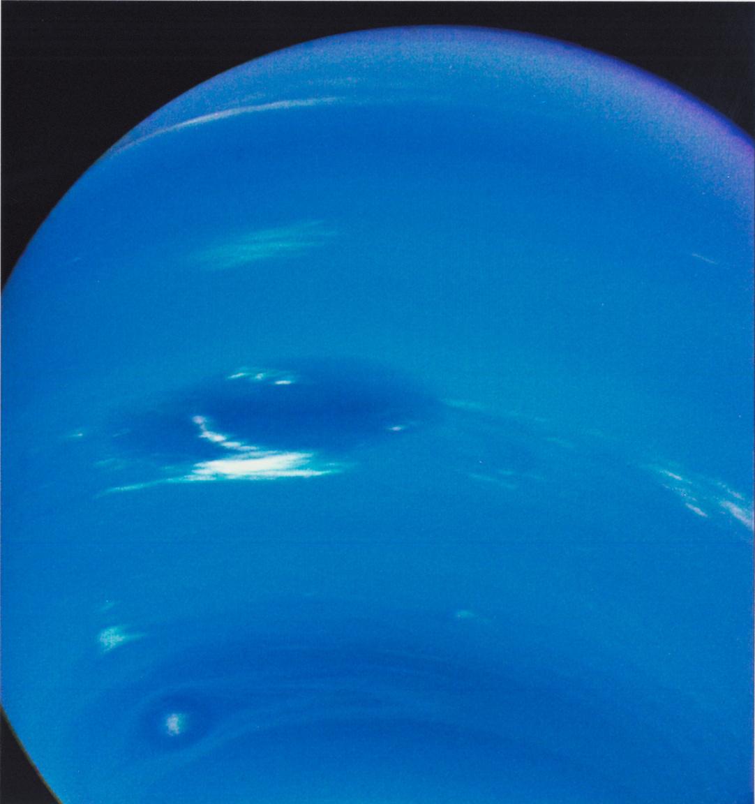 A Neptunusz 6,1 millió kilométeres távolságból. A számítások szerint 643 km/órás keleti szelek tombolnak a bolygó légkörében a déli féltekén, aminek köszönhetően az alul látható kisebb viharzóna jóval gyorsabban mozog mint a Nagy Sötét Folt, ötnaponta megelőzve azt. (Érdemes összevetni a fentebbi képpel.)