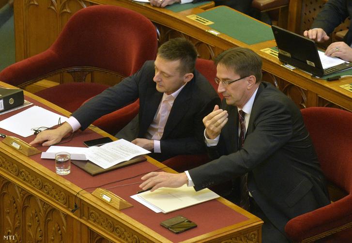 Rogán Antal és Völner Pál, az Igazságügyi Minisztérium parlamenti államtitkára szavaz a nemzeti otthonteremtési közösségekről (nok) szóló törvényjavaslatról az Országgyűlés plenáris ülésén 2016. március 17-én